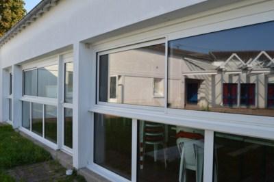 La baie vitrée du restaurant scolaire de Pablo Picasso