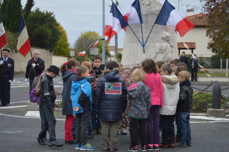 cérémonie du 11 novembre 2014 - enfants autour de l'arbre